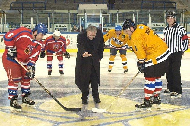 Milan Nový je při slavnostní buly vlevo, uprostřed primátor Kladna Dan Jiránek a vpravo Vladimír Kameš a rozhodčí Petr Bolina. Za nimi vlevo Zdeněk Eichenmann (vlevo) a Jiří Dudáček.