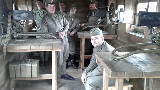 NA NÁVŠTĚVNÍKY budou v legiovlaku čekat průvodci v dobových legionářských uniformách.