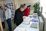 Volby v Družci. Na fotkách je například politik Dr. Libor Rouček a 92 letá Věra Šafránková
