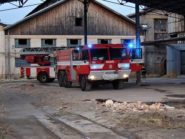 Pět jednotek hasičů likvidovalo požár v Kladně.