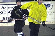 Ota Poupě (vlevo) se tentokrát v  barvách KEBu B neprosadil, tým prohrál s Kovem Praha.