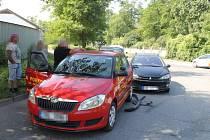 V Kladně se srazil peugeot s vozidlem autoškoly.