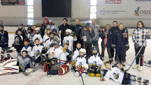 Vánoční mač si zahráli osvátcích malí hokejisté ze čtvrté třídy Rytířů Kladno proti rodičům.