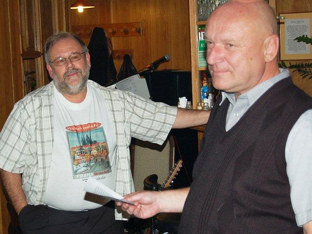 Břetislav Kostka (vpravo) a Otto Kamm, jenž se postaral o úvodní slovo k výstavě. Nezapomněl se pochlubit plakátem vytištěným na triku.