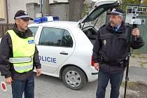 Strážníci Petr Kerpl a Josef Marek ukončili měření rychlosti ve Cvrčovicích. Poté je čekala obchůzka obcí. Stehelčevsi se nepodařilo s republikovou policií domluvit na častějších kontrolách, proto si pořídila vlastní  obecní policii.