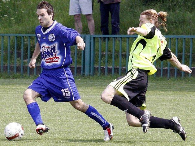 SK Kladno B - Chodov 2:0, střelec druhé branky Tomáš Rouček (vlevo)
