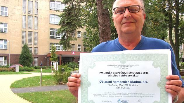 Lékař a ředitel Oblastní nemocnice Kladno Vladimír Lemon s prestižním certifikátem, které zdravotnické zařízení získalo.