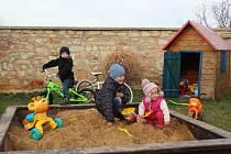 SEDMILETÝ Jakub, pětiletý bráška Matouš a bezmála dvouletá sestřička Mariana si mohou nyní i v zimním období díky počasí užívat tradiční letní hry na zahradě.