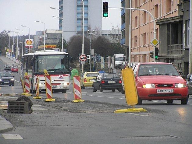 Pozor na objížďky by si nyní řidiči měli dát především na hlavním tahu od Prahy do centra Kladna. Vozovka je tu místy vyfrézovaná.