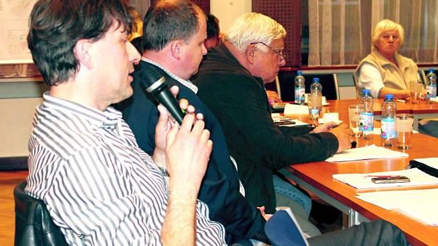 Zastupitel Tomáš Richtr (Unie pro sport a zdraví)na zastupitelstvu hovoří o svém počinu via ferrata na Slandě