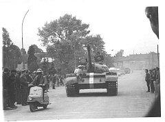 Sovětské tanky v ulicích Kladna.