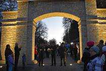 Brána opět tvoří pomyslnou hranici mezi obcí a křivoklátskými lesy.