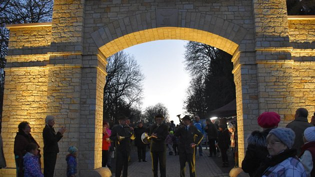 V Lánech otevřeli repliku historické oborní brány