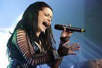 LUCIE BÍLÁ JAKO ROCKERKA. Přesně v takové roli se zatím kladenskému publiku v doprovodu skupiny Arakain představila oblíbená zpěvačka před dvěma lety.