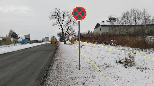 Silnice mezi Buštěhradem a Lidicemi I/61. Naznačení budoucí možné cyklostezky, kterou by mohli využít i pěší.