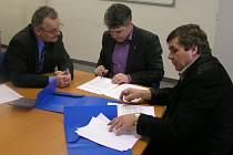 Personální ředitel Zdeněk Štěpánek (vlevo), jednatel společnosti Vladimír Zivicnjak (uprostřed) a zástupce odborů Stanislav Tomášek (vpravo) podepisují kolektivní smlouvu pro rok 2008.