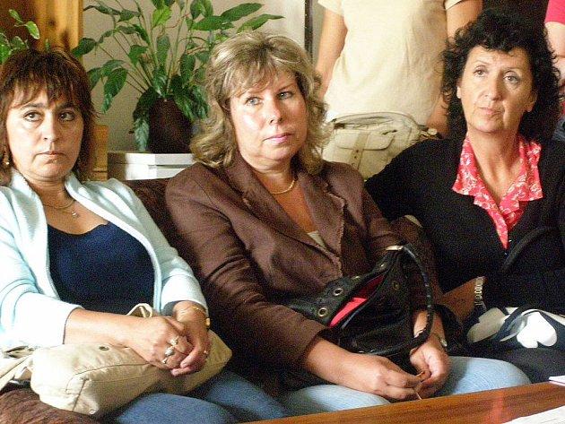 Nespokojená Jana Minářová (uprostřed).