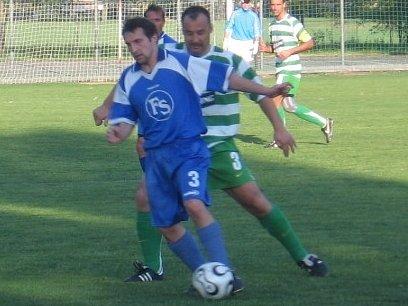 Ani Jan Havelka (vzadu v zeleném) nedokázal debaklu Lhoty v Milíně zabránit.