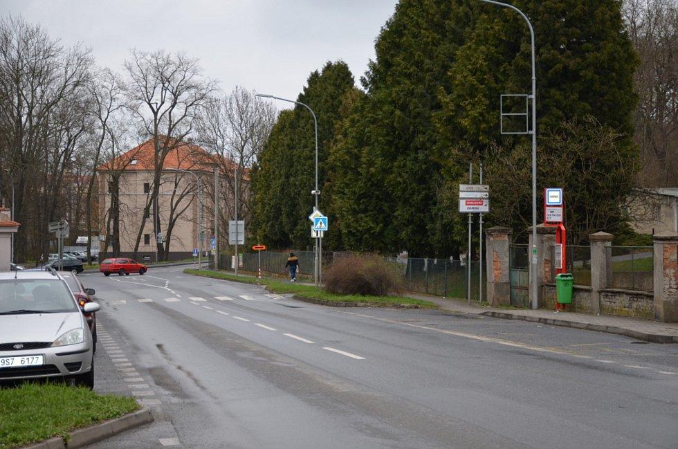 Zastávka ve Smečenské ulici - Fantův mlýn, Slaný. Cihlový přístřešek ukrývá často nepořádek i lidské exkrementy.