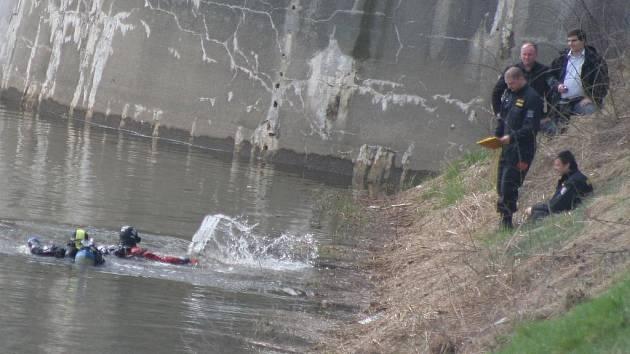 Potápěči hledají tělo zavražděné ženy