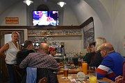 Čeští fanoušci bedlivě sledují semifinále mistrovství světa ve slánské hospodě.