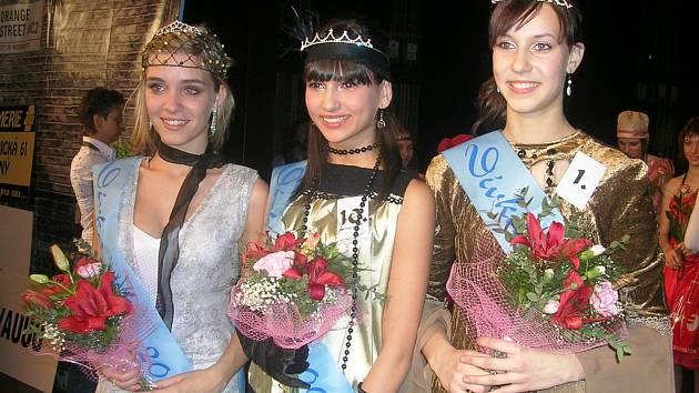 Tři dívky, které z oblastního kola ve Slaném postupují do celostátního frinále soutěže Dívka 2008.