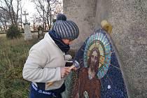 Dokončovací práce při opravách mozaiky na dolínském kostele.