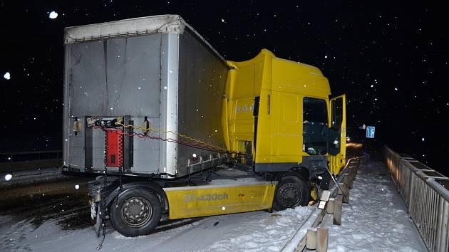 Havarovaný kamion u Jemníků