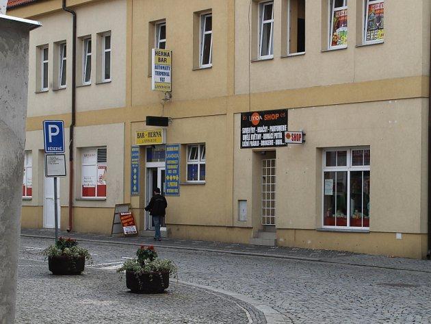 Obchod v Kynského ulici ve Slaném provozovaný Vietnamci se stal terčem útoku lupiče s nožem.