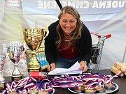 O pohár Rytíře, OAZA Kladno, Petra Kvasilová hlídala poháry i občerstvení.