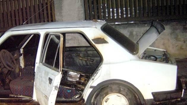 Proč někdo starou škodovku v Čechově ulici úmyslně zapálil, v současné době vyšetřuje kladenská policie.