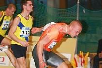 Kladenský talent Ondřej Bakalár (vlevo) finišuje v závodě na 60 metrů za vítězným Janem Velebou.
