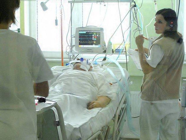 Kladenské ARO má kapacitu osm lůžek, pokud by nastala závažná situace pacienti by pak mohli být převezeni například do Slaného, kde je k dispozici dalších pět.