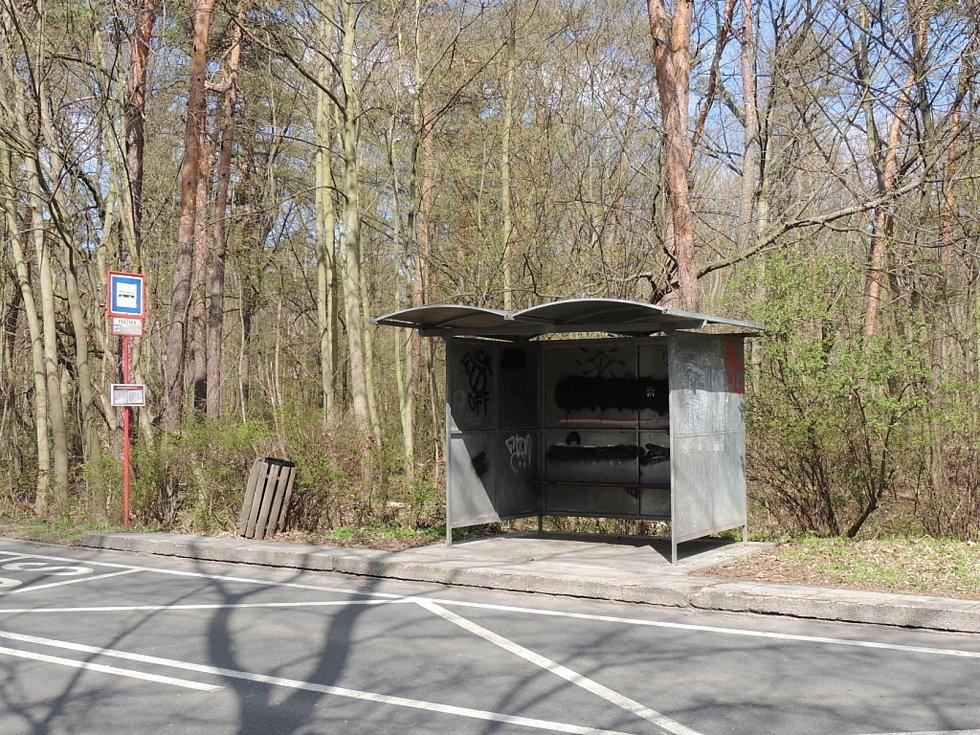 Autobusová zastávka v Kladně v Pražské ulici.