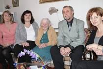 ZLEVA: Zlata Šmausová, Marcela Tihanová, Božena Skleničková, starosta Svinařova, Venuše Žižková.
