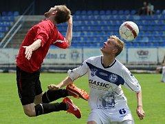 Štěpán Hanzlík v souboji // SK Kladno -  Kunice 2:3 , utkání  ČFL. ligy 2012/13, hráno 15.6.2013