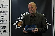 Otevření Síně slávy kladenského hokeje. Marek Sýkora převzal cenu za zesnulého otce Vlastimila.