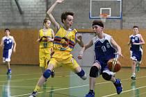 Mladí basketbalisté Kladna (v modrobílém) dělají velké pokroky.