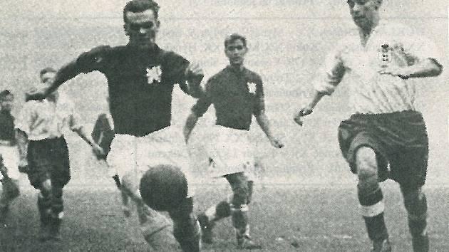 Sir Stanley Matthews (vpravo), jeden z nejslavnějších anglických fotbalistů všech dob a první vítěz ankety France Footbal o nejlepšího hráče Evropy. V legendárním duelu na stadionu Tottenhamu, kde Čechoslováci prohráli 4:5, ho takhle ubránil Karel Kolský.
