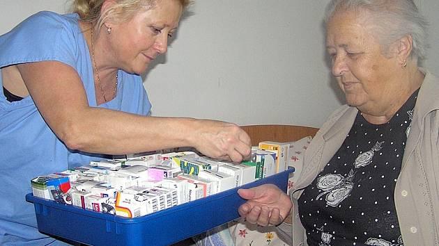 Poplatky za několik druhů léků  a časté návštěvy u lékařů mohou mnoha seniorům radikálně zasáhnout do rozpočtu. Už nyní někteří dají celé své kapesné za doplatky.