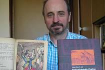 Jiří Mika z knihovny ukazuje nejstarší a nejnovější publikaci vydanou v Kladně.  Fatima perla harému aneb Turecký lupič dívek v Cařihradě spatřila světlo světa v roce 1877, kniha Nakladatelské Kladno pak v těchto dnech.