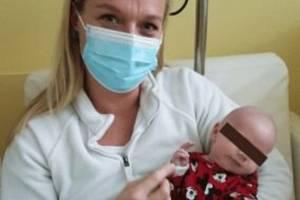 Zdravotnická záchranářka Monika Vilímová v náručí s miminkem, které přežilo tragédii v Líském.