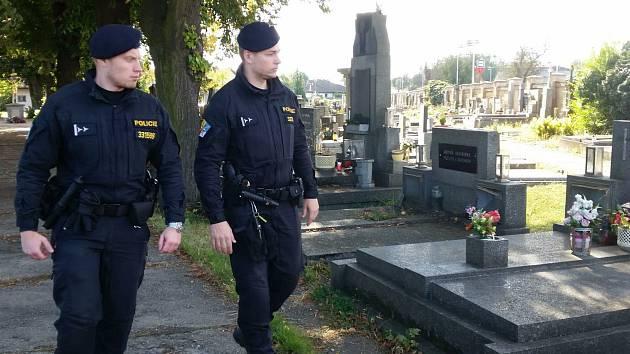 Policisté se zaměřili na hřbitovy a pátrají po vandalovi z Buštěhradu.