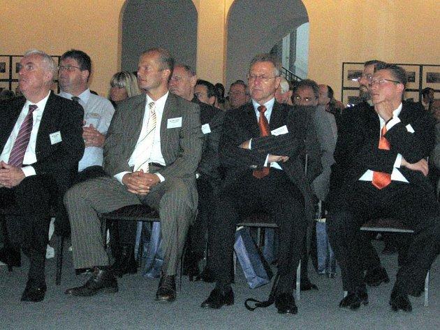Společnost Poldi Hűtte včera navštívili obchodní patrneři ze čtyřiadvaceti zemí světa. Vedení firmy je seznámilo s dalším rozvojem kladenských hutí.