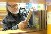 MEZI TĚMI, kteří si se zájmem prohlédli nově otevřenou centrální půjčovnu kladenské městské knihovny, byl například známý výtvarník Přemysl Povondra.