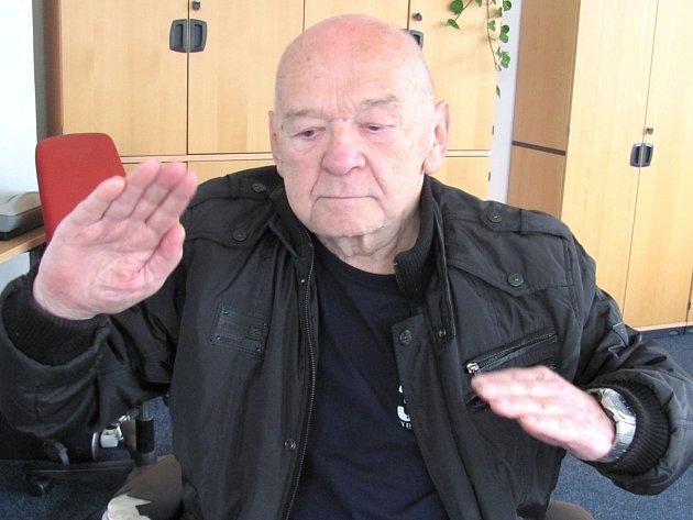 TEORIÍ oGagarinově smrti je několik. Podle Rostislava Sáčka mohly být příčinou problémy se řízením.
