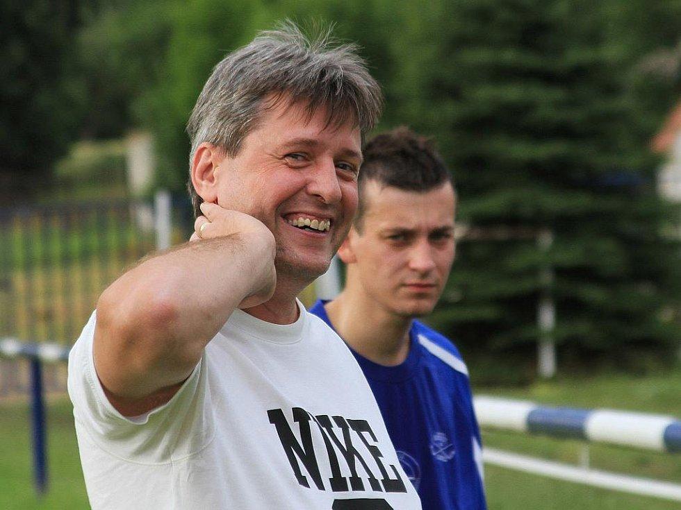 Trenér Čechie Vlastimil Hrubý se směje, zahrál si se svými syny Janem a Davidem.