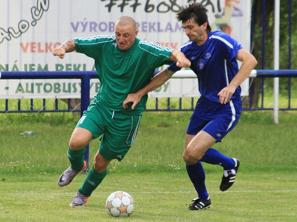 Miroslav Stuchlý se snaží probít k brance Čechie // Čechie Velká Dobrá - Tatran Rakovník, přípravné utkání,  hráno 17.7.2010
