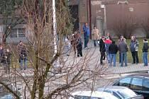 Školu v Kladně museli všichni okamžitě vyklidit. Řada lidí čeká až do rozhodnutí policie v prostoru nedaleko budovy