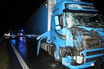 NEHODA DVOU KAMIONŮ zkomplikovala provoz na frekventované silnici nedaleko Sazené u Velvar.